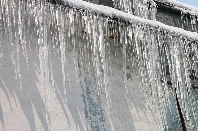 Ice Dam Safety Alert: 40% of UP Homes Present Falling Ice Danger.